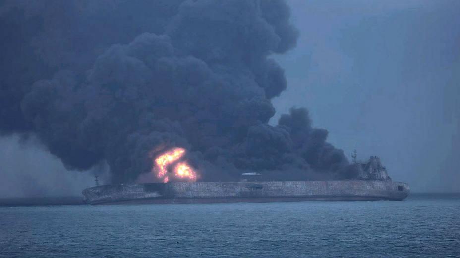 Petrolero Iraní en llamas, posible explosión frente a las costas de China